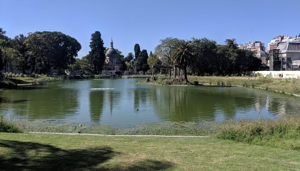 Un grand étang au milieu d'un parc