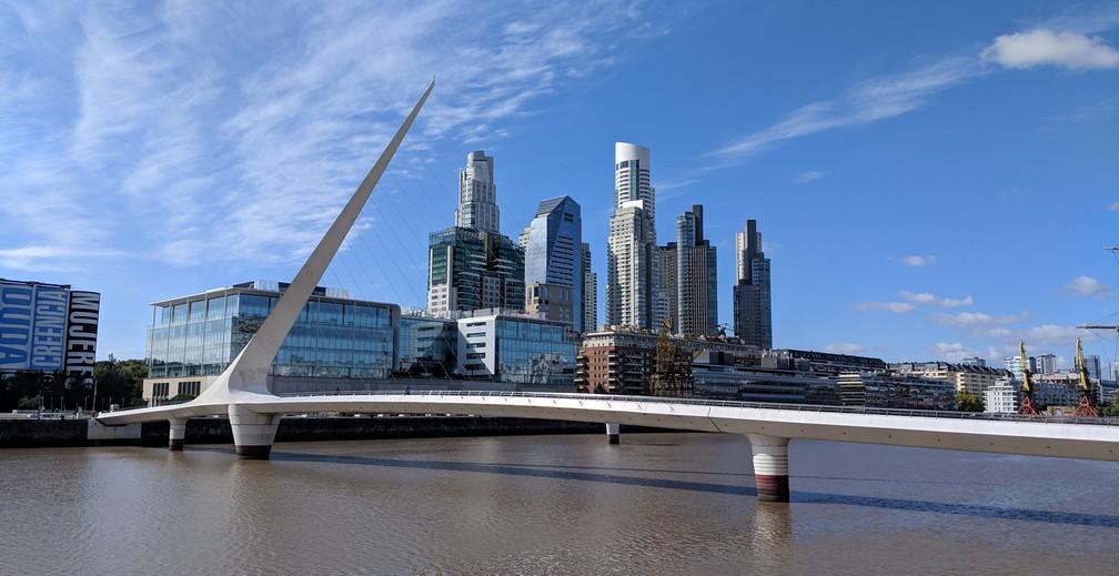 Un grand pont moderne devant un ensemble de gratte-ciels