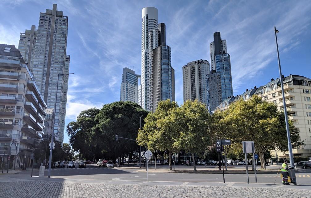 Une place avec des arbres devant des gratte-ciels