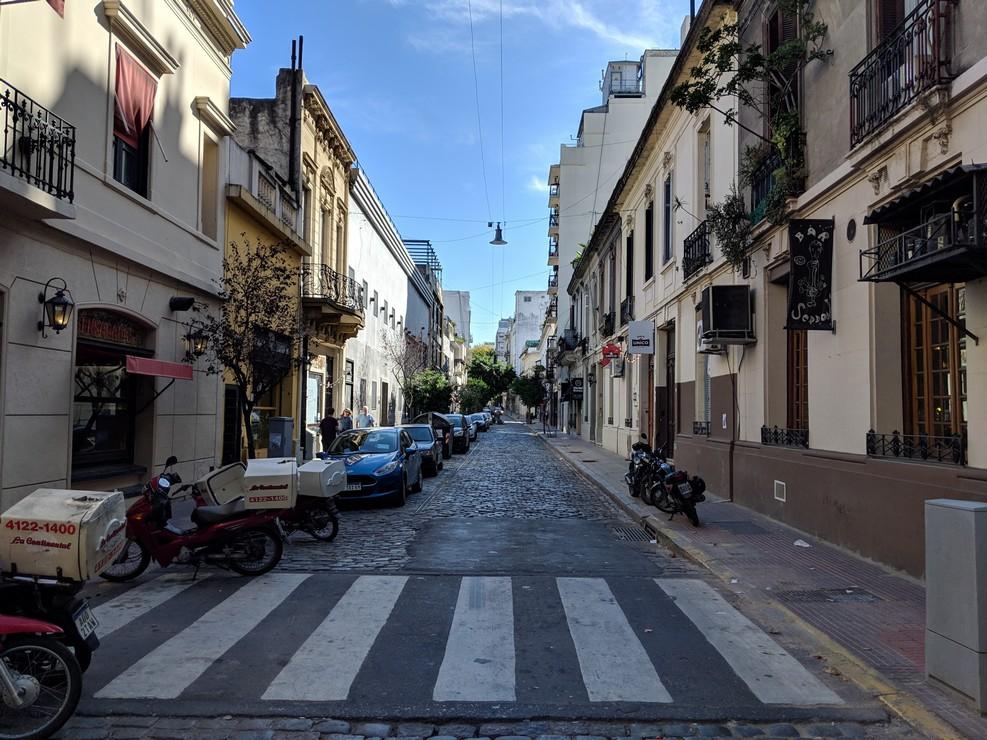 Passage piéton dans une rue pavée à Buenos Aires