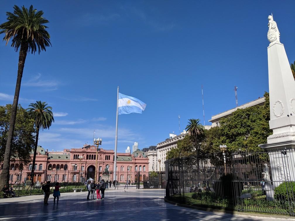 Drapeau argentin flottant sur la place de mai devant la Casa Rosada Buenos Aires