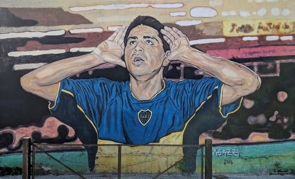 Un dessin d'un joueur de foot argentin sur un mur de la Boca à Buenos Aires