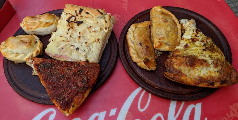 Pizzas et Empanadas de la Gran Pocha posés sur des assiettes, la Boca, Buenos Aires