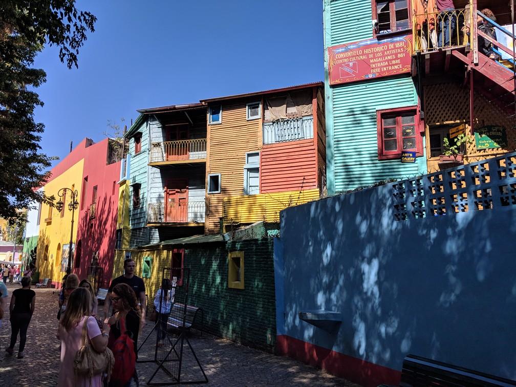 Une rue de la Boca avec ses batiments en tôles colorées