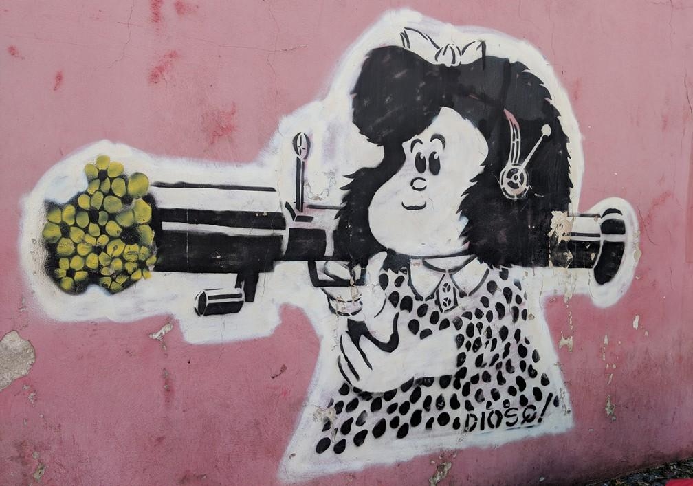 Peinture de Mafalda tenant un bazooka sur un mur de la Boca à Buenos Aires