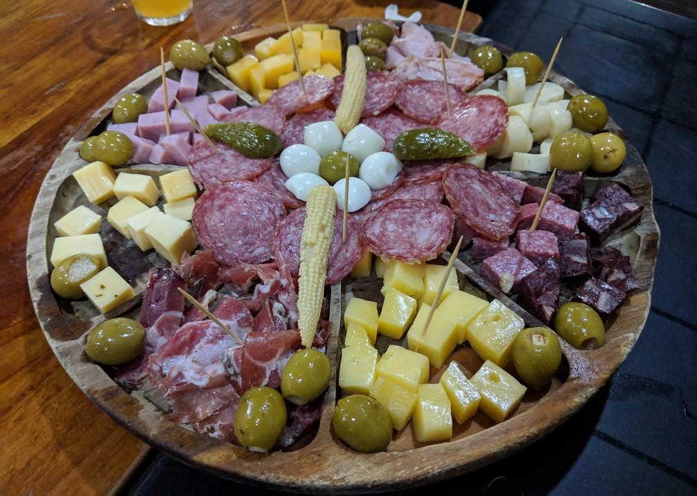 Une picada, grand plateau de fromage et charcuterie