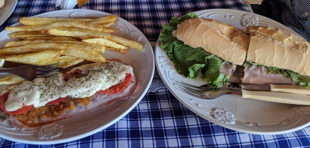 Une Milanesa et un sandwich sur des assiettes