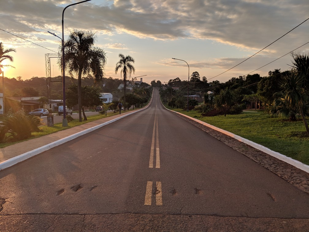 Une route déserte au coucher de soleil à San Ignacio