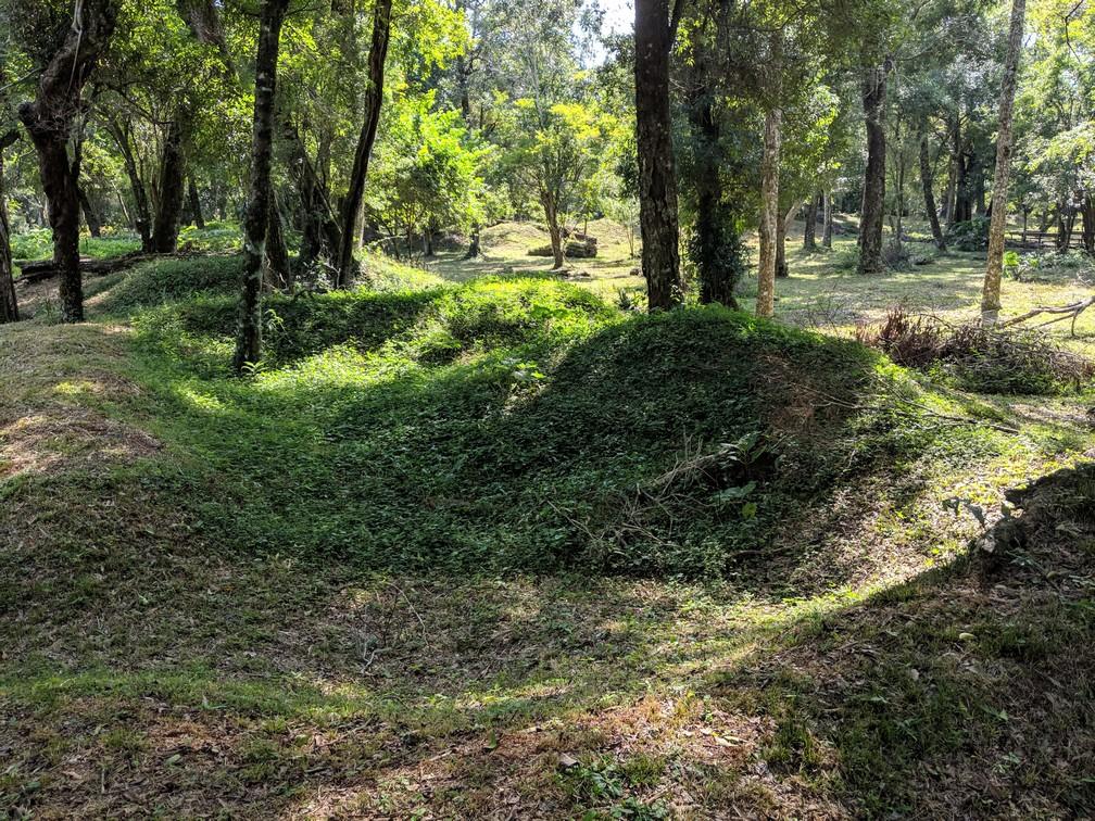 Des monticules de terre dessinant les contours d'une pièce à la mission de Loreto