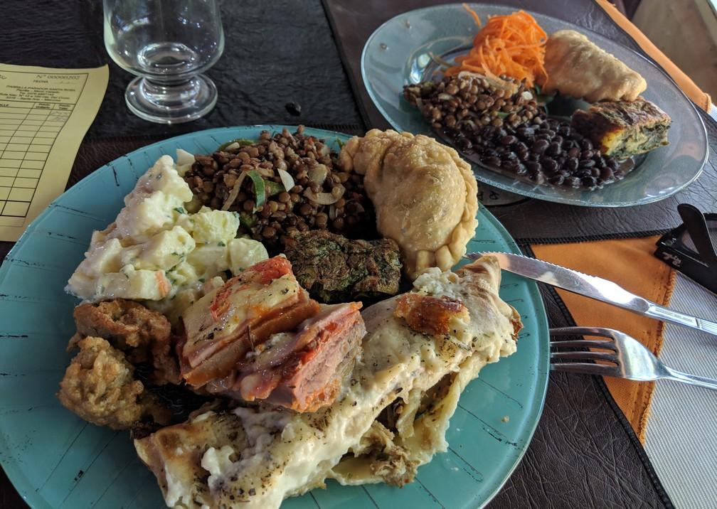 Assiettes pleines de buffet