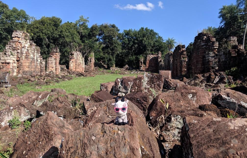 La Biquette se tient devant les ruines de la mission de Santa Ana