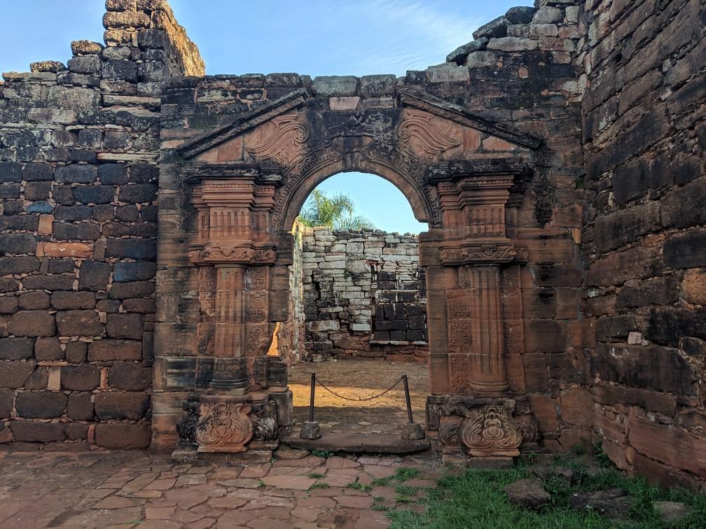 Une porte de pierre aux ruines de San Ignacio Mini