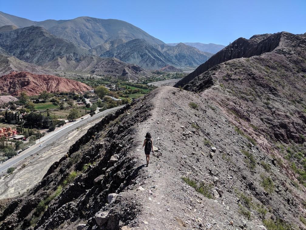 Vue sur les montagnes de Purmamarca en Argentine depuis le haut de la crête