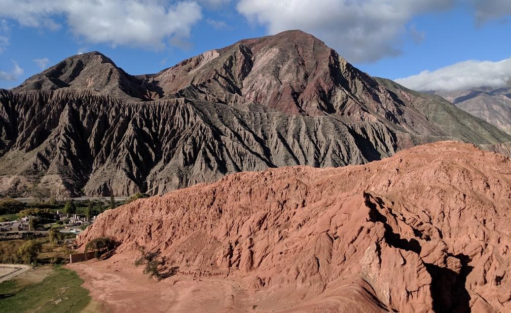 Vue sur une grande montagne noire depuis Vue Paseo del Colorades sur la boucle nord de Salta