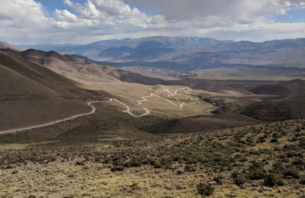 Le route sinueuse qui mène au sommet de la montagne des 14 couleurs sur la boucle nord de Salta