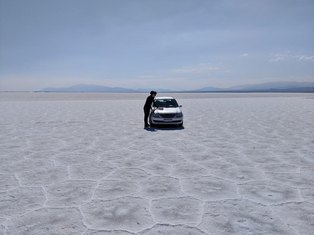 Voiture au milieu d'un désert de sel blanc immaculé