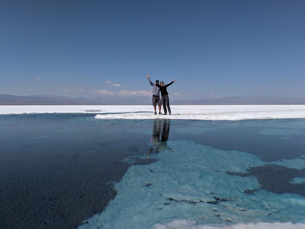 Sylvain et Salomé au bord d'une grosse mare au milieu de la Salinas Grande