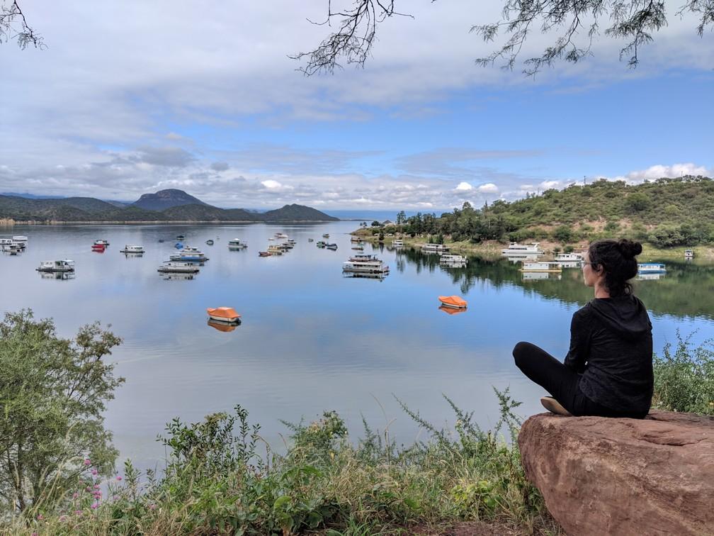 Salomé assise au bord du lac de Cabra Corral