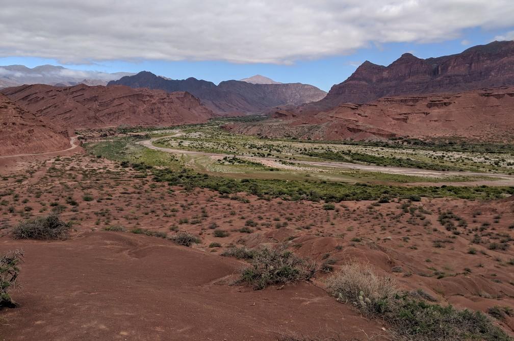 Vue sur les bords verts d'un fleuve à Las Tres Cruces