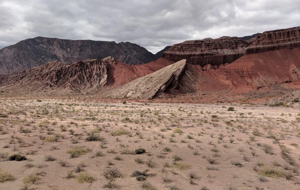 Un gros rocher ressemblant à un énorme vaisseau qui se serait écrasé dans la plaine de La Yesera