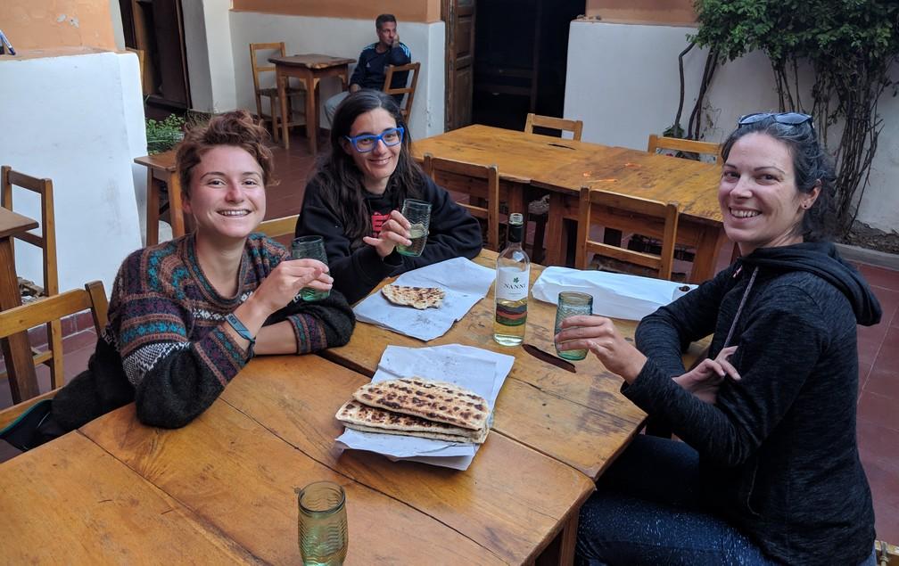 Chloé, Nina et Salomé dégustent des tortillas et du Torrontés à table