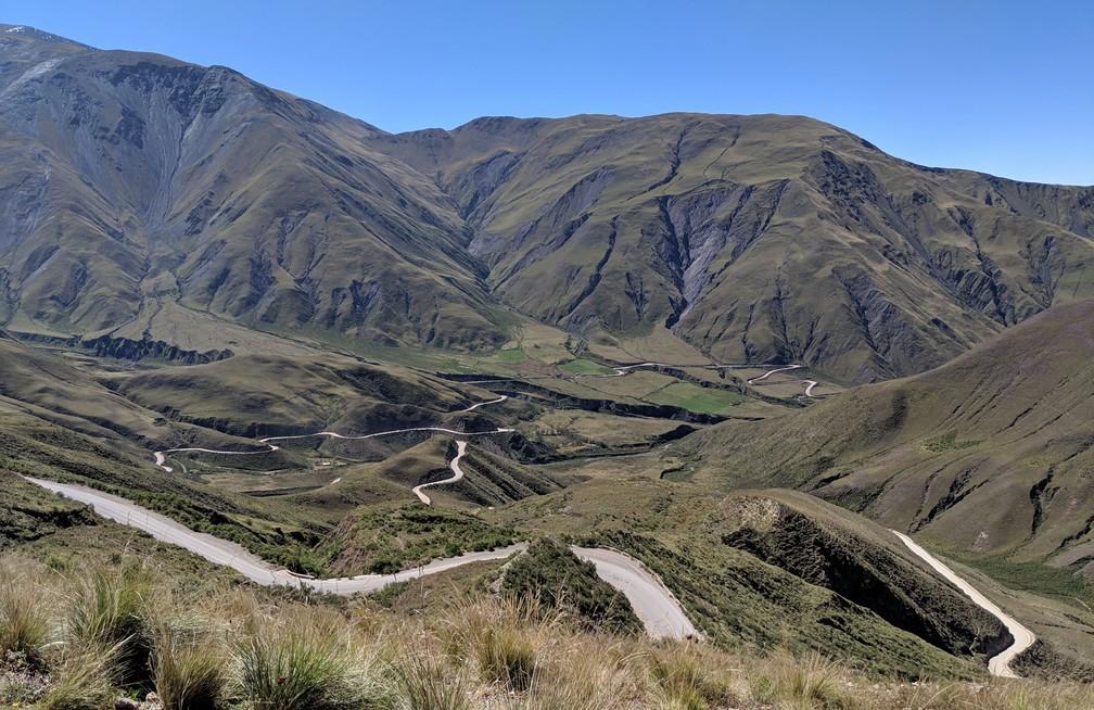 Des routes sinueuses parcourent les montagnes vertes vers le sud de Salta
