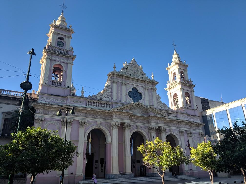 La cathédrale de Salta avec sa façade rose et blanche