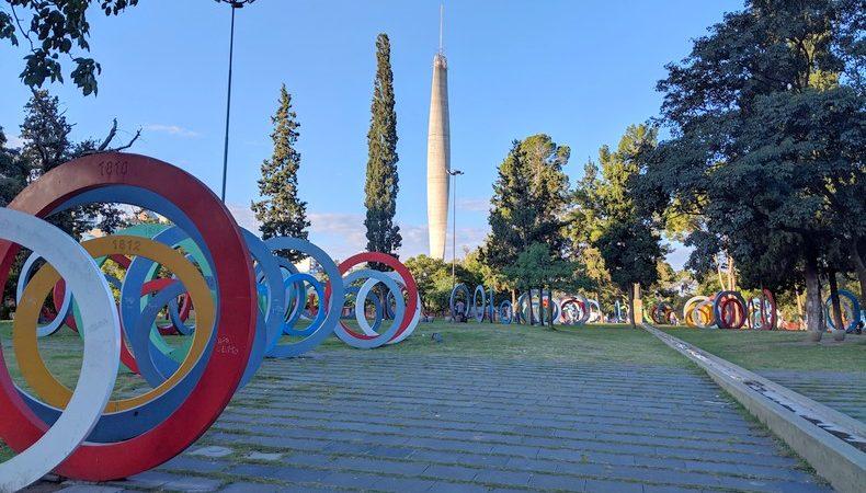 Les anneaux du Parque del Bicentenario et la tour en arrière-plan