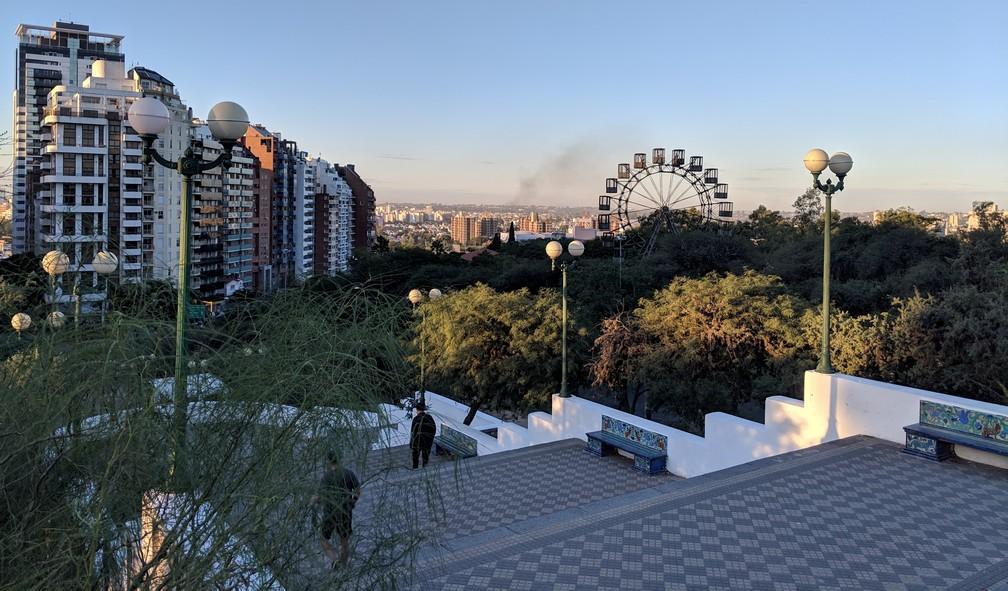 Vue sur la grande roue et la ville de Córdoba en Argentine