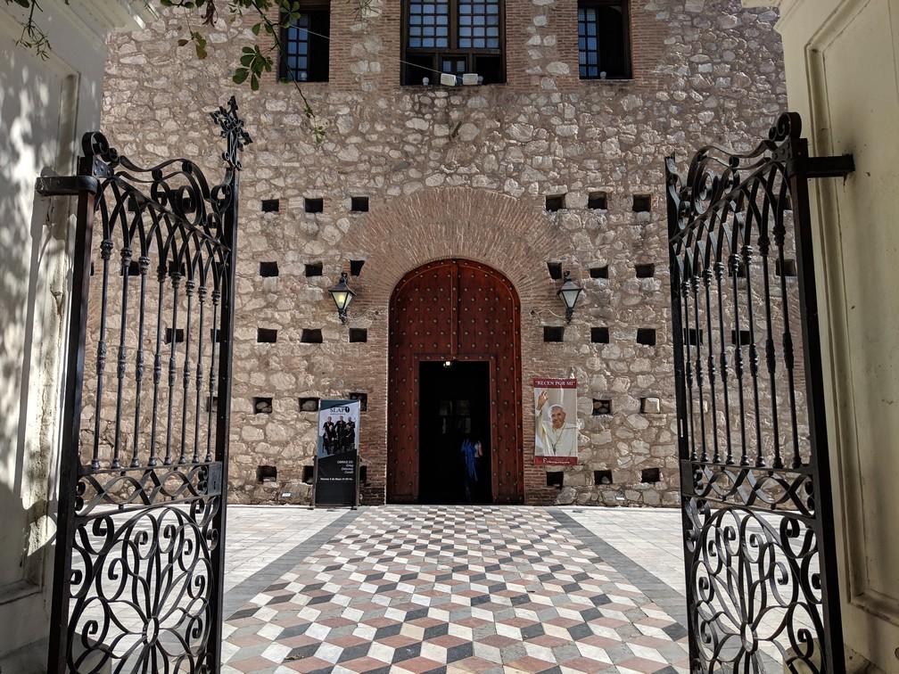 Portail et porte d'entrée de la Manzana Jesuítica de Córdoba en Argentine