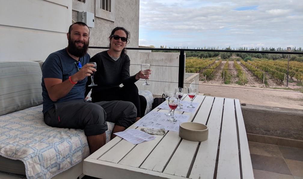 Sylvain et Salomé assis à une dégustation de vin à la bodega Mevi
