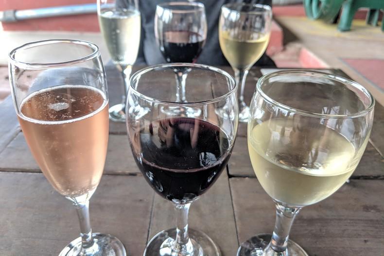 Gros plan sur trois verres de vin à la dégustation à Mendoza en Argentine
