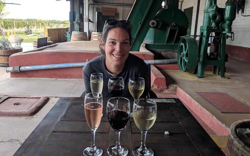 Salomé assise devant des verres de différents vins à la bodega Viño El Cerno près de Mendoza
