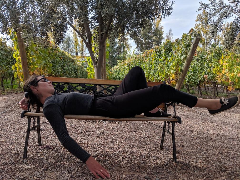 Salomé fait une sieste sur un banc au milieu des vignes