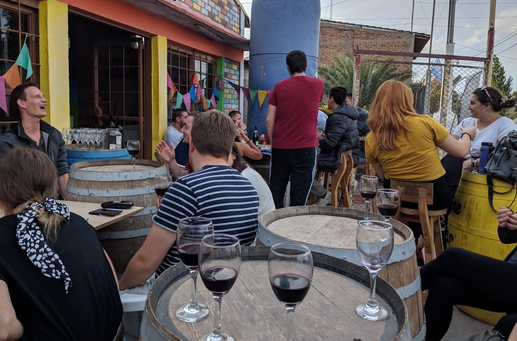 happy jour entre touristes sur la terrasse de Maipu Bikes près de Mendoza