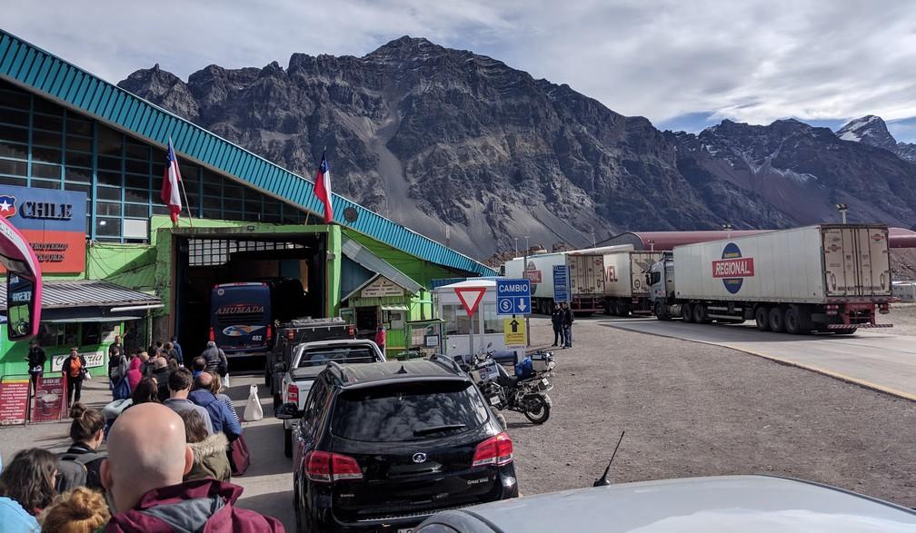 File de véhicules à la frontière Los Libertadores entre l'Argentine et le Chili