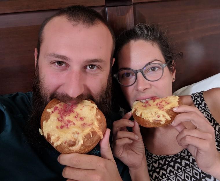 Sylvain et Salomé en train de manger un bretzel au fromage et lardons à Santiago du Chili