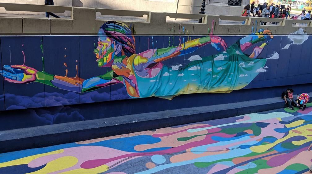 Une belle fresque d'une jeune fille multicolore qui flotte