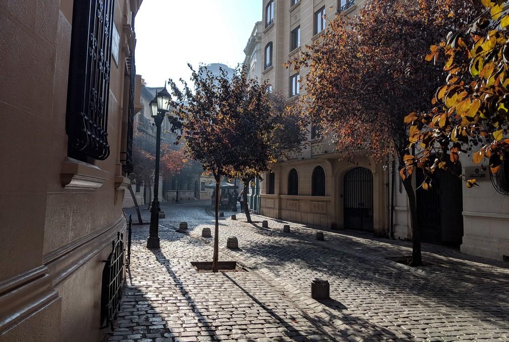 Petite rue pavée avec des arbres dans le quartier Paris-Londres à Santiago du Chili