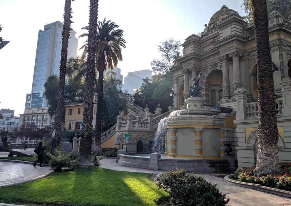 Belle fontaine entourée de palmiers sur la place de Neptune à Santiago