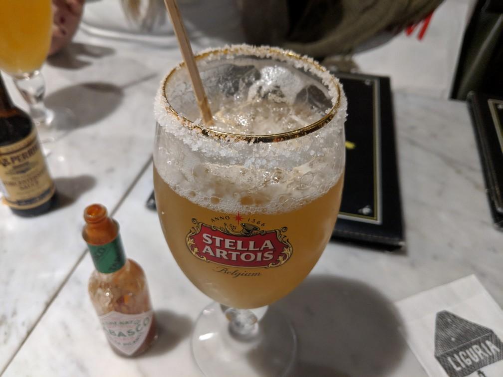 Un verre de bière avec du sel sur le bord du verre