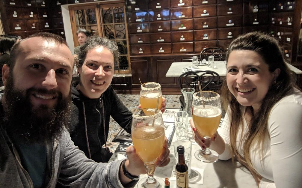 Sylvain, Salomé et Maria trinquent dans un bar de Lastarria