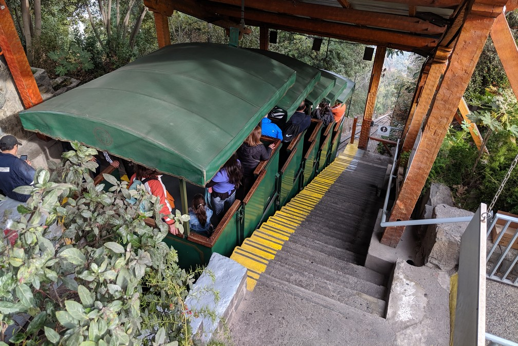 Voiture du funiculaire prêt à descendre de la colline de San Cristóbal
