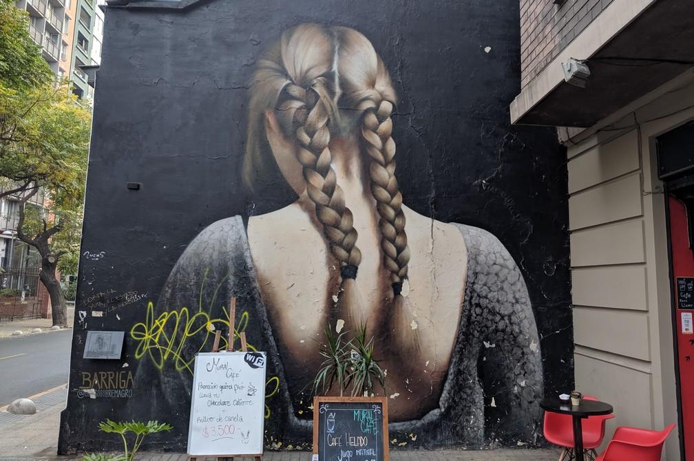 Fresque d'une jeune fille blonde à Santiago