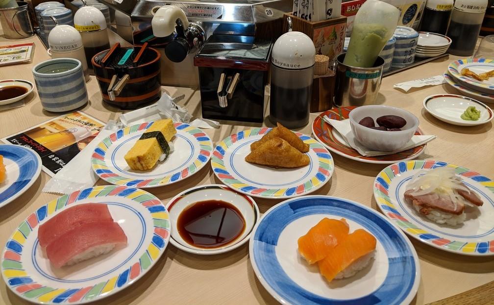 Quelques assiettes avec des sushis sont posées