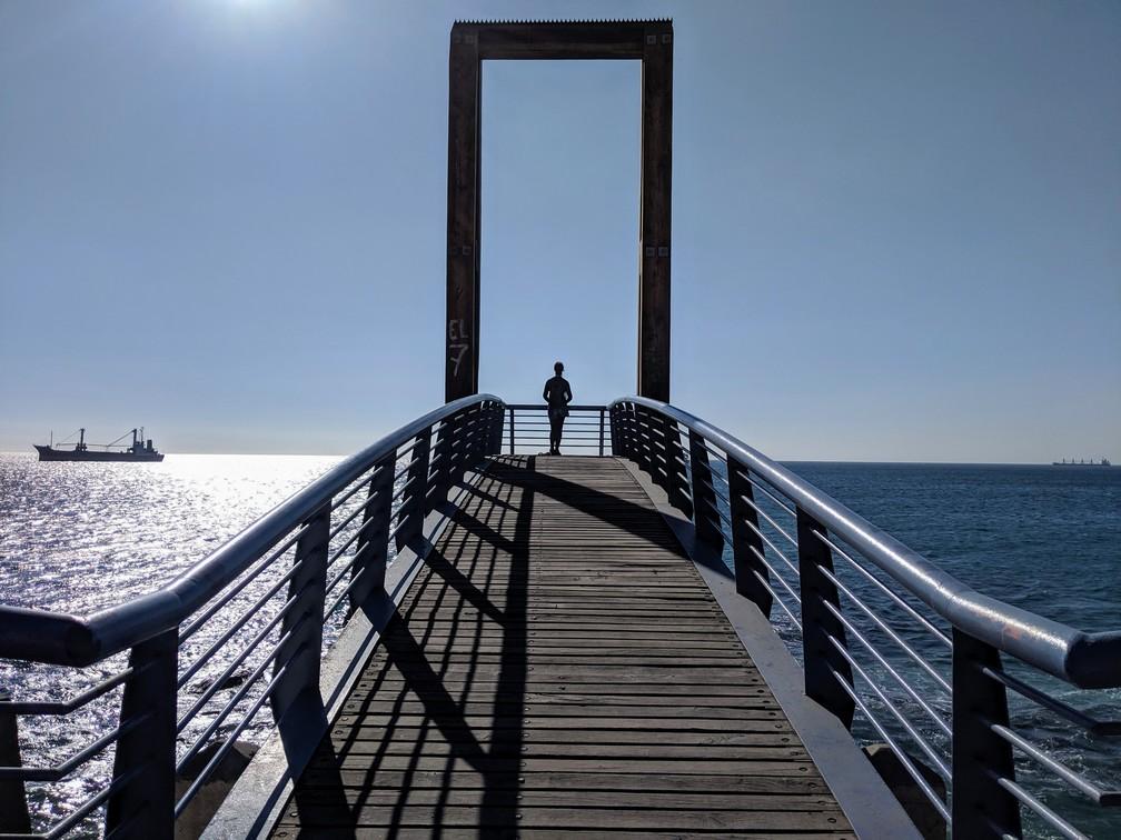 Salomé au bout d'une passerelle au borde la mer à Valparaiso