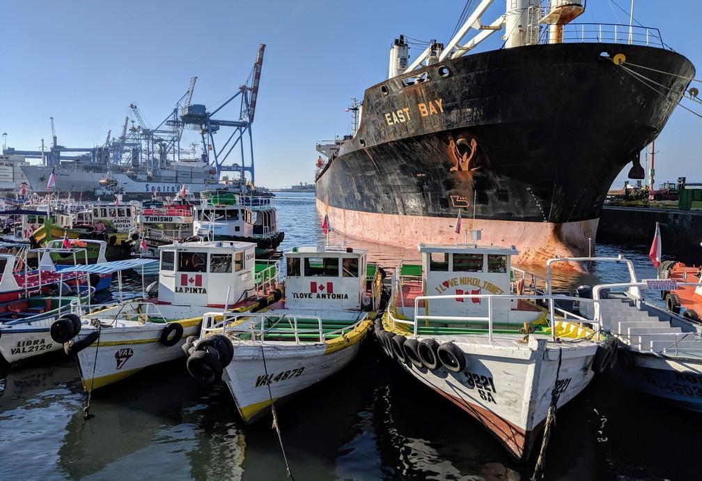 Grand paquebot et petites embarcations au port de Valparaiso