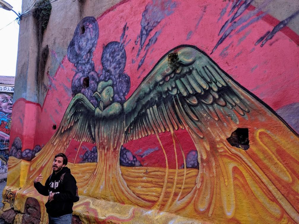 Juan nous présente sa fresque à Valparaiso