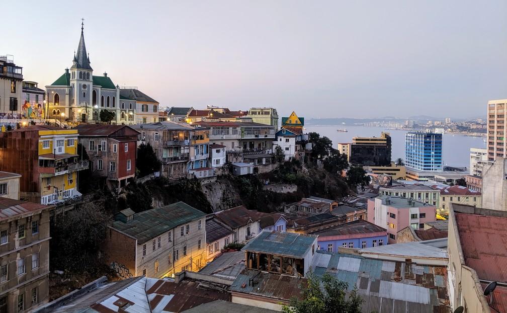 Le soleil se couche sur la Cerro Concepcion à Valparaiso