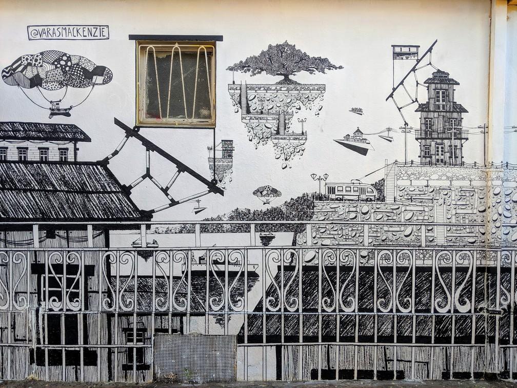 Une fresque trés détaillée en noir et blanc à Valparaiso